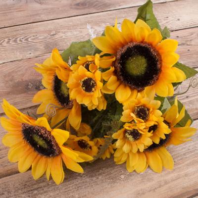 букет подсолнухов с большими и маленькими цветочками