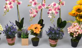 - цветы искусственные в горшках
