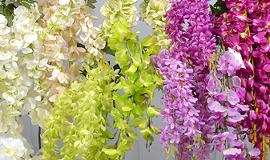 - свисающие искусственные цветы