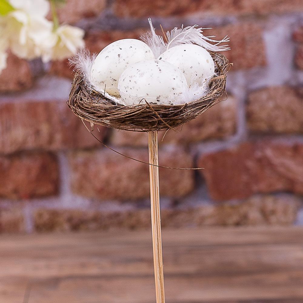 Яйца с перьями и соломой на палочке