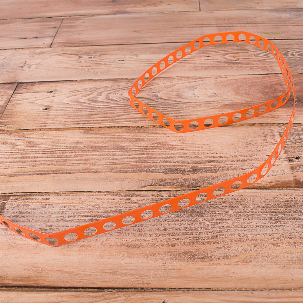металева стрічка з дірками для кріплення помаранчева