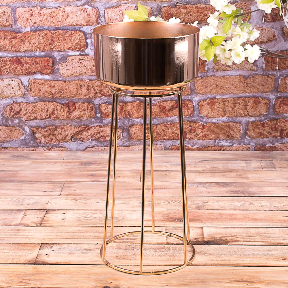 Металева ваза золота на ніжці-клітці
