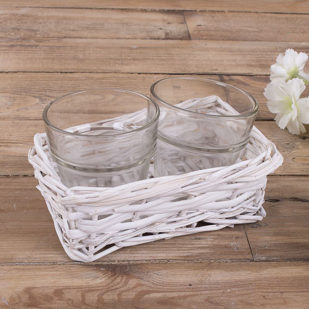 Скляні вставки в білому кашпо з лози