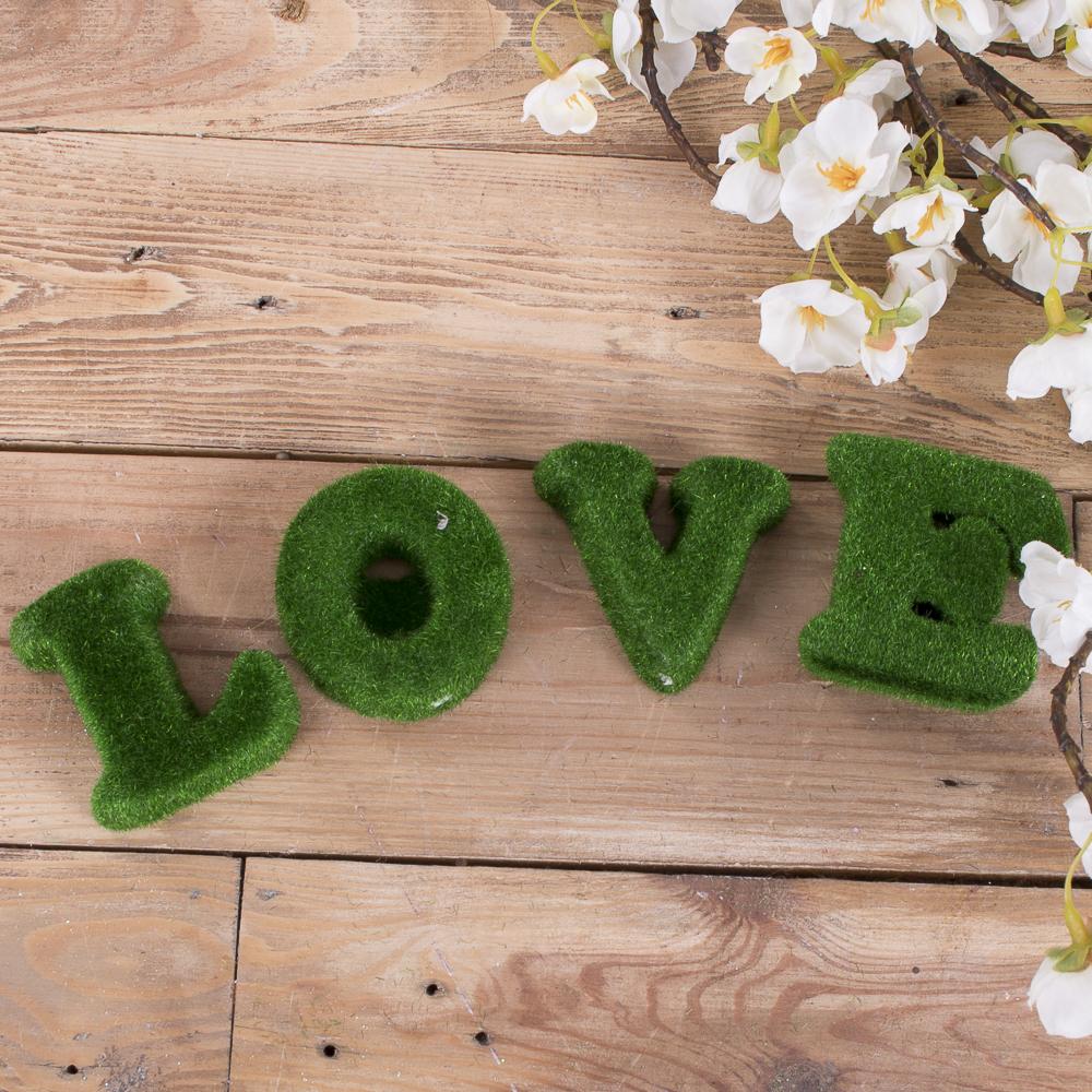 букви Love зелені