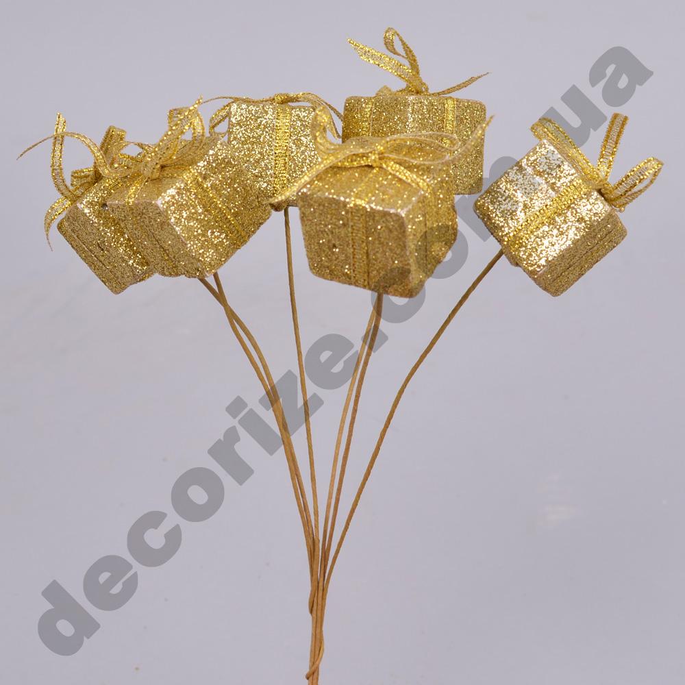 подарок на палочке золотой