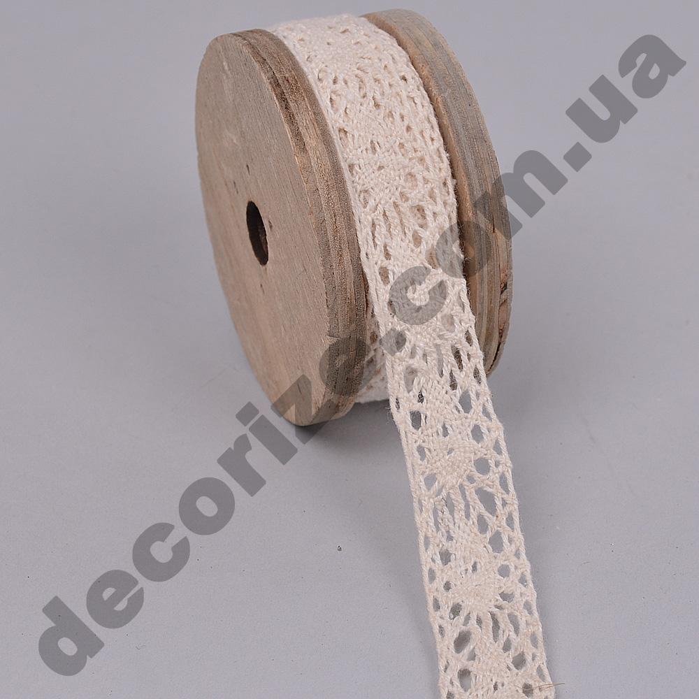 лента кружевная на деревянной катушке